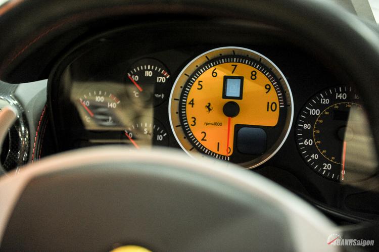 Nội thất bên trong xe với nhiều chi tiết được làm từ cacbon