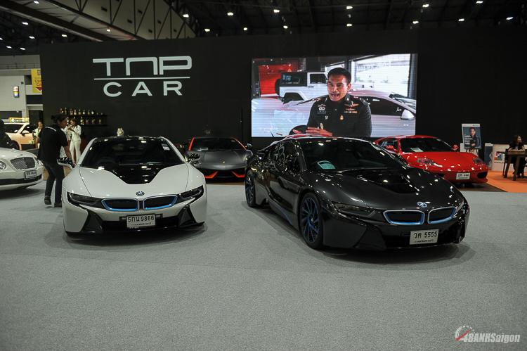 Bộ đôi i8 biển đẹp được đặt ngay vị trí trung tâm Bangkok Used Car Show 2018